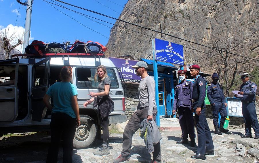 विदेशी पर्यटक स्वदेश फर्कन मानेनन्